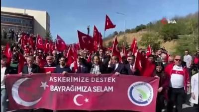 Binlerce öğrenci metrelerce uzunluktaki bayrakla askere destek için yürüdü