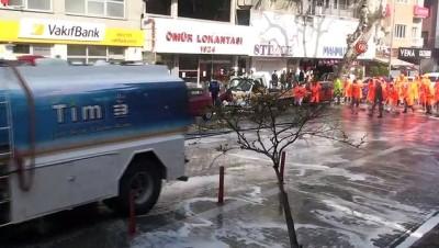 Edremit'te cadde ve sokaklar köpüklü su ile yıkandı