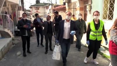 koronavirus - Roman milletvekili Purçu, orkestra eşliğinde gıda paketi dağıttı - İZMİR