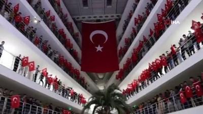 hain saldiri -  Şehitler için dua edip, Türk Bayrakları ile Mehmetçiğe destek oldular
