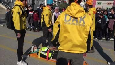 Deprem tatbikatında halatla çatıdan inerken Türk bayrağı açtılar
