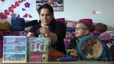 Serebral Palsi hastası oğlunun geleceğini ilmik ilmik örüyor