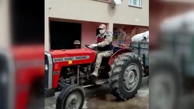 Jandarma karantinadaki köye traktörle saman götürdü - SİVAS