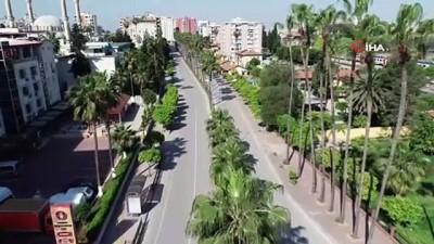 Adana'nın cadde ve sokakları bomboş kaldı