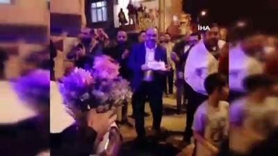 Kavgaya gelen polisleri pasta ve çiçeklerle karşıladılar, sosyal mesafeyi unuttular