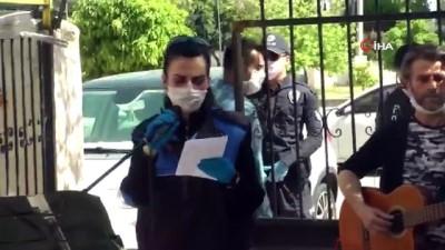 Mersin polisinden sokağa çıkamayan vatandaşlara konser