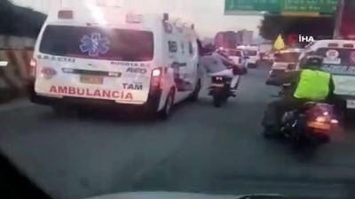 - Kolombiya'da sağlık çalışanları ambulanslarla yolları kapattı