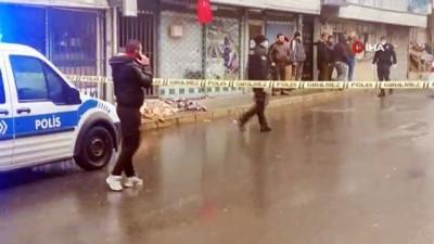 cep telefonu -  Yabancı uyruklu adam sokak ortasında öldü, vatandaşlar sosyal mesafeyi hiçe saydı