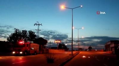 Kısa devre yaptığı öğrenilen sokak lambası alev alev yandı