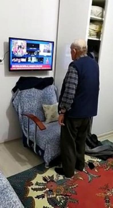 turkiye - 82 yaşındaki dede İstiklal Marşı'na böyle eşlik etti!