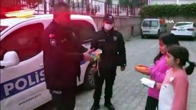 Nisan ve ve Eylül'e polis amcalarından balon hediyesi