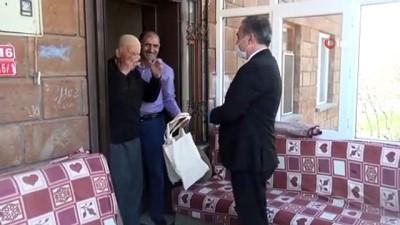 Ahlat'ta yaşlıların Ramazan pidesi ve hurması belediyeden