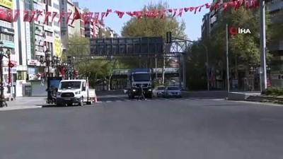 Sokağa çıkma kısıtlamasının 3'üncü gününde Kızılay Meydanı sakin