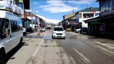 """Karlıova'da Türkçe ve Kürtçe """"Evde kal"""" uyarısı yapıldı, dengbej dinletildi"""