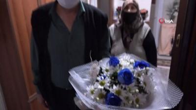 Elazığ'da evden çıkamayan emekli işçilere çiçekli vefa