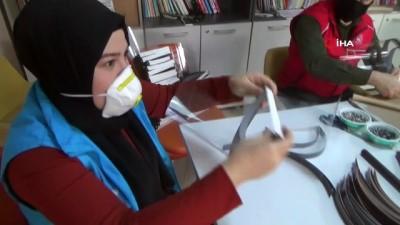genclik merkezi -  Mobilyada kullanılan jumbo ile 5 dakikada siperlikli maske üretiyorlar