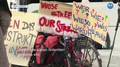 Berlin'de Kısıtlamalar Protesto Edildi