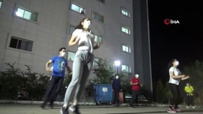 Karantinadaki hastalar önce 19 Mayıs'ı kutladı sonra egzersiz yaptı