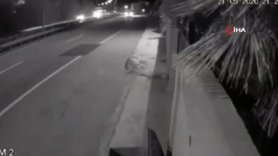 Otomobil sürücüsü direksiyon hakimiyetini kaybederek hareket halindeki tıra böyle çarptı