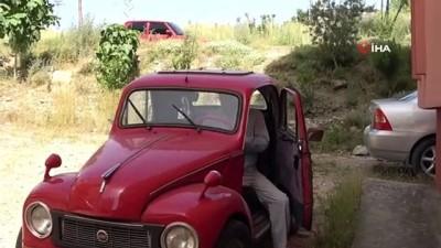 klasik otomobil -  1951 Model Topolino'suna gözü gibi bakıyor