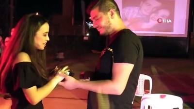 evlilik teklifi -  Açık hava sinemasında kornalar eşliğinde evlilik teklifi yaptı