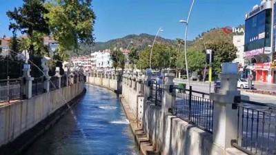 bayramlasma -  Marmaris polisi sokağa çıkan yaşlılara su dağıttı