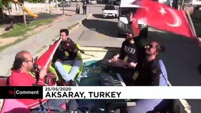 Bayramda sokağa çıkamayan Aksaraylılara özel gezici konser etkinliği