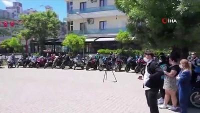bayramlasma -  Motosikletli Vefa Sosyal Destek ekibinden evdeki çocuklara bayram hediyesi