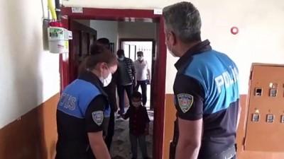 bayram tatili -  Polisi görünce merdivenin altına saklanan çocuğa bayram sürprizi