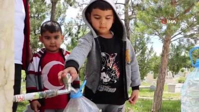 Çocuklar yarım günlük izinlerini mezarlıkta geçirdi
