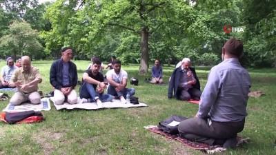 - Almanya'da parkta cuma namazı kılındı