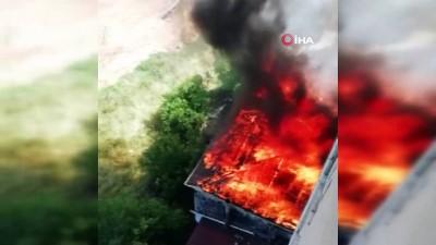 kamera -  Tuzla'da binanın çatısının alev alev yandığı anlar kamerada