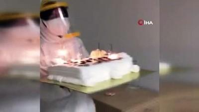 Karantina altındaki vatandaşa, yurt çalışanlarından doğum günü sürprizi