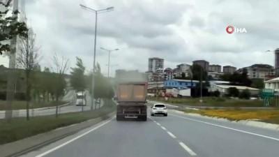 kamera -  Moloz yüklü hafriyat kamyonu tehlike saçtı