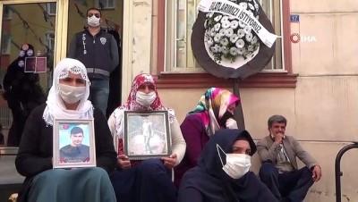 Evlat nöbetindeki aileler HDP binası önüne siyah çelenk bıraktı