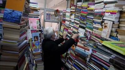 kitap okuma -  Günlerini 33 metrekarelik dükkanda 40 bin kitap arasında geçiriyor