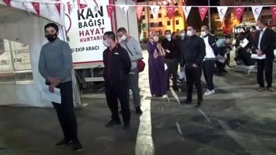 İzmir'de iftar sonrası Kızılay'a kan bağışı