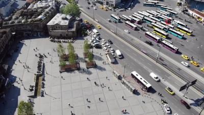 Sokağa çıkma kısıtlaması öncesi Eminönü Meydanı'nda insan yoğunluğu