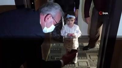 Sağlık çalışanı anneden 3 yaşına giren kızına doğum günü sürprizi