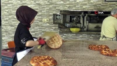 Tezgahtar olarak işe başladı, şimdi taş fırında ekmek pişiriyor