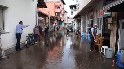 Kula'da aniden bastıran doluyla karışık sağanak yağış sele neden oldu