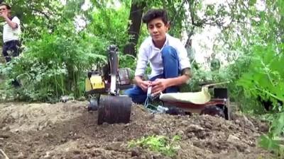 geri donusum - Yüksekovalı genç hurda malzemelerden iş makinesi maketi yaptı - HAKKARİ