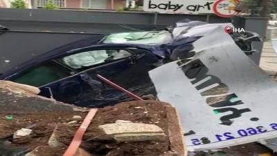 Sürücüsünün direksiyon hakimiyetini kaybettiği araç garaj boşluğuna düştü... O anlar kamerada