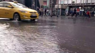 Başkent'te sağanak yağış...Caddeler göle döndü
