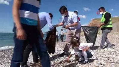Gevaş sahilleri gönüllü gençlerle temizleniyor