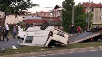 Küçükçekmece'de refüjdeki ağaca çarpan araç takla attı: 1'i ağır, 2 yaralı