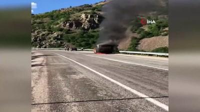 Talihsiz sürücü çaresizce kamyonetin yanmasını izledi