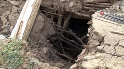Bingöl'de 4.3 şiddetinde artçı bir deprem meydana geldi, Elmalı köyünde hasarlı binada kısmen çöküntü oluştu