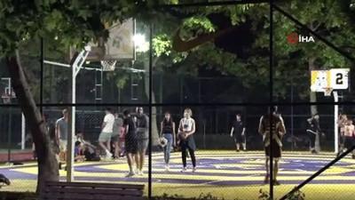 internet sitesi -  Sosyal mesafeye aldırış etmeden şarkılar söyleyip, top oynadılar