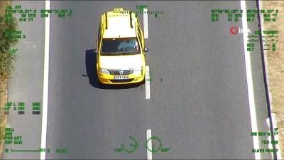 Uyanık sürücü, polis helikopterini görünce emniyet kemerini taktı